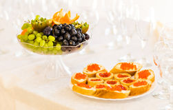 Tartlets con cierre rojo del caviar para arriba Primer de la comida gastrónoma, aperitivo Fotos de archivo libres de regalías