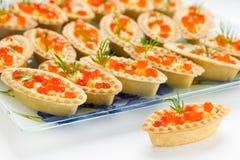 Tartlets con el caviar rojo Fotos de archivo