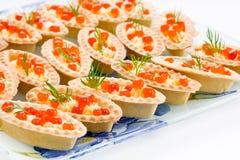 Tartlets con el caviar rojo Foto de archivo