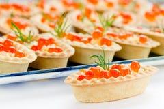 Tartlets con el caviar rojo Fotos de archivo libres de regalías