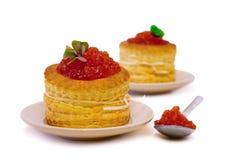 Tartlets con el caviar rojo en el fondo blanco Imagen de archivo libre de regalías