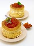 Tartlets con el caviar rojo en el fondo blanco Fotografía de archivo