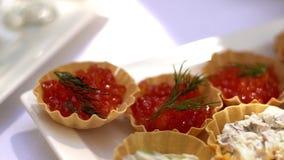 Tartlets con el caviar rojo Foco selectivo, caviar rojo del servicio almacen de video