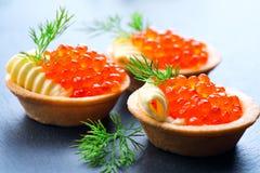 Tartlets con el primer de color salmón del caviar Foto de archivo