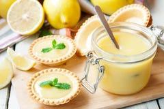 Tartlets con la cuajada de limón Imágenes de archivo libres de regalías
