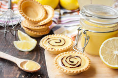 Tartlets con la cuajada y el chocolate de limón Fotos de archivo