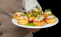 Tartlets con la ensalada en plato Fotografía de archivo libre de regalías