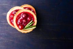 Tartlets con la salsa de arándano agridulce Fotografía de archivo libre de regalías