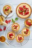 Tartlets con las fresas en una tabla Imagen de archivo libre de regalías