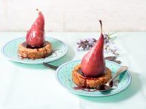 Tartlets con las peras en salsa de vino Imagen de archivo