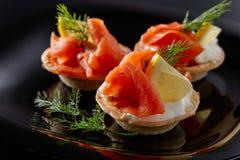 Tartlets con los salmones Imagen de archivo