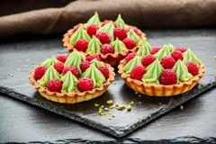 Tartlets das galdérias da framboesa deliciosa mini com chantiliy imagens de stock