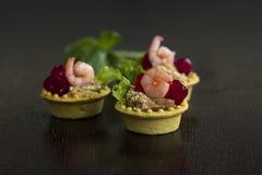 Tartlets de color salmón del perejil de la crema batida del camarón tono Imagenes de archivo