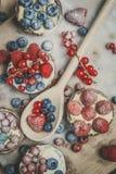 Tartlets de la baya en azúcar en polvo Foto de archivo