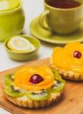 Tartlets del partido con el foco selectivo de la fruta fresca Imagen de archivo libre de regalías