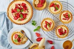 Tartlets deliciosos com morangos, configuração lisa Imagem de Stock Royalty Free