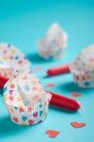 Tartlets di carta con le candele ed i cuori rossi Immagini Stock