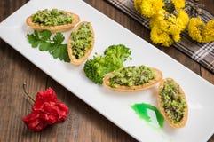 Tartlets enchidos com brócolis e o atum triturados da carne Fundo de madeira imagem de stock royalty free