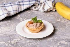 Tartlets met chocoladeroom en amandelen Stock Foto's