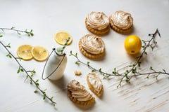 Tartlets met citroengestremde melk en schuimgebakje Stock Foto