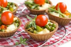 Tartlets met geroosterde groenten stock afbeeldingen