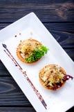 Tartlets met heerlijke kaas, het varkensvlees, de komkommer en de noten met laten royalty-vrije stock fotografie