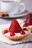 Tartlets mit Erdbeeren, Moosbeeren stockbilder