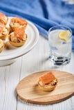 Tartlets mit mascarpone und roten Fischen Stockfotografie