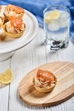Tartlets mit mascarpone und roten Fischen Stockfoto