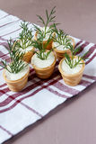 Tartlets mit Sahne Käse und Dill Lizenzfreies Stockfoto