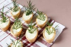 Tartlets mit Sahne Käse und Dill Stockfoto