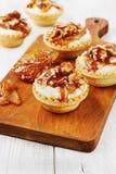 Tartlets mit Sahne und Nüsse gegossen mit Karamell Lizenzfreies Stockfoto