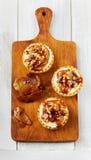Tartlets mit Sahne und Nüsse gegossen mit Karamell Lizenzfreie Stockfotos