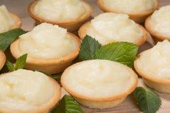Tartlets mit Vanillepudding auf dem Tisch Stockbild