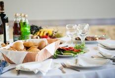 Tartlets, Salate und Fruchtkorb mit Apfel, Orange, Trauben und Saft auf einem Hintergrund (Fokus auf Tartlets) Stockfotos