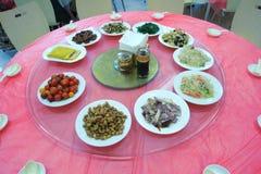 Tartlets, Salate und Fruchtkorb mit Apfel, Orange, Trauben und Saft auf einem Hintergrund (Fokus auf Tartlets) Stockfotografie
