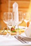 Tartlets, Salate und Fruchtkorb mit Apfel, Orange, Trauben und Saft auf einem Hintergrund (Fokus auf Tartlets) Lizenzfreies Stockbild