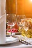 Tartlets, Salate und Fruchtkorb mit Apfel, Orange, Trauben und Saft auf einem Hintergrund (Fokus auf Tartlets) Stockfoto