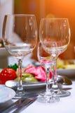 Tartlets, Salate und Fruchtkorb mit Apfel, Orange, Trauben und Saft auf einem Hintergrund (Fokus auf Tartlets) Stockbilder