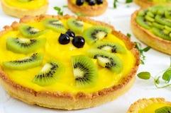Tartlets, tartas από την κρέμα, το ακτινίδιο και τη μαύρη σταφίδα Στοκ Φωτογραφία