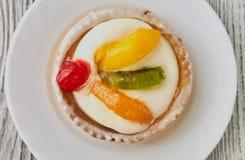 Tartlets z śmietanką i owoc, pomarańcze, kiwi, wiśnia Obrazy Royalty Free