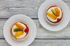 Tartlets z śmietanką i owoc, pomarańcze, kiwi, wiśnia Zdjęcie Royalty Free