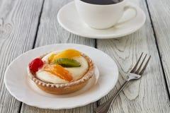 Tartlets z śmietanką i owoc, pomarańcze, kiwi, wiśnia Obraz Stock