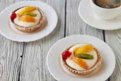 Tartlets z śmietanką i owoc, pomarańcze, kiwi, wiśnia Obrazy Stock