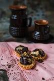 Tartlets z czekoladowym plombowaniem kropiącym z migdałami fotografia stock