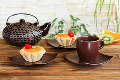 Tartlets z owoc i herbatą obraz royalty free