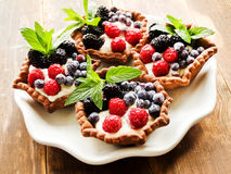 Tartlets z serem i jagodami Zdjęcia Royalty Free