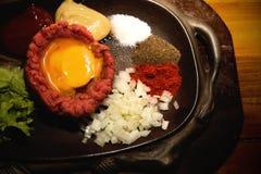 Tartre frais de boeuf avec l'oeuf, mariné avec des épices, oignon, ketchup photos stock