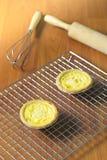 Tarts αυγών στην ψύξη του ραφιού Ξύλινη ανασκόπηση Πορτογαλικά Tarts αυγών, είναι ένα είδος κρέμας ξινό Στοκ Φωτογραφίες