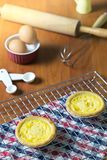 Tarts αυγών στην ψύξη του ραφιού Ξύλινη ανασκόπηση Πορτογαλικά Tarts αυγών, είναι ένα είδος κρέμας ξινό Στοκ φωτογραφία με δικαίωμα ελεύθερης χρήσης